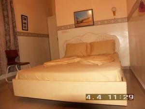 Coquette chambre de l'auberge Guyno où le séjour est rendu agréable par la douceur des couleurs