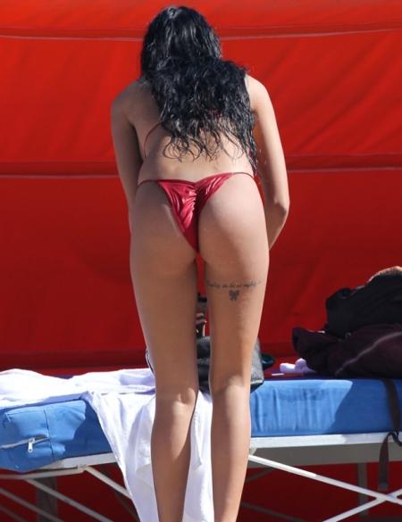 Nabila, de dos en bikini rouge royal