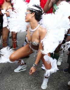 Riri, dansant le twerker au Canarval de Barbade