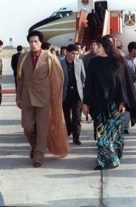 Mouammar Kadhafi et son épouse Safia Farkech à l'aéroport de Tripoli en avril 1992. (AFP)