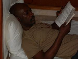 Charles Blé Goudé lisant un livre, photo publiée le 12 mars sur le compte Facebook de Hamed Bagayoko. © DR