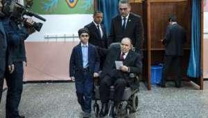 Abdelaziz Bouteflika sortant de l'isoloir, à Alger, le 17 avril. © Samir Sid pour J.A.