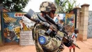 Un soldat de l'Eurofor patrouille à Bangui. © AFP