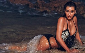 Kim Kardashian, seule sur le sable