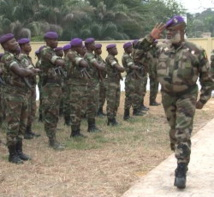 Le général Nianga Ngatsé Mbouala faisant la revue des troupes