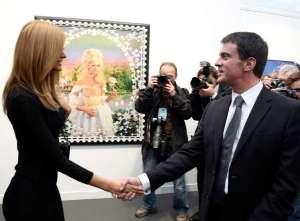 Zahia serra la main de Valls