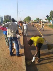 Burkinabé balaient la route après le départ de Blaise