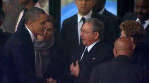 Poignée de main historique entre Barack Obama et Raul Castro à l'occasion des cérémonies organisées pour les funérailles du président sud-africain Nelson Mandela, le 10 décembre 2013 à Soweto. Crédits photo : Uncredited/AP