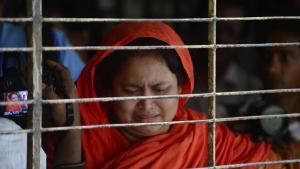 Une proche du blogueur bangladais laïc Washiqur Rahman, assassiné à coups de poignard par des islamistes, vient de reconnaître le corps du jeune homme, lundi 30 mars, juste après sa mort.AFP PHOTO/Munir uz ZAMAN