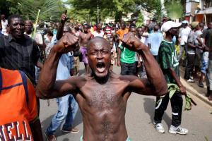 Scène de joie dans les rues de Bujumbura, Burundi, le 13 mai 2015, après l'annonce de la « destitution » du président Nkurunziza par l'ex-chef d'état-major, Godefroid Niyombaré.REUTERS/Goran Tomasevic