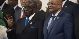 Robert Mugabe (g) et Jacob Zuma (d), le 14 juin 2015 au sommet de l'UA à Johannesburg. © Shiraaz Mohamed/AP/SIPA