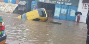 Une voiture emportée par les eaux dans le quartier Minière (commune de Dixinn), à Conakry, lundi 27 juillet. © DR/Facebook