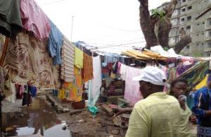Des habitants constatent les ravages des inondations dans les rues de Conakry, mercredi 29 juillet. © Diawo Barry pour J.A.