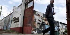 Un homme passe le 15 juillet 2015 devant un mural représentant Barack Obama. © AFP
