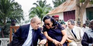 Jean-Yves Le Drian avec Catherine Samba-Panza, à Mbaïki, en février 2014. © Fred Dufour/AFP