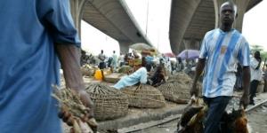 Des vendeurs nigérians de poulet au marché de Lagos, le 1er février 2007. © Sunday Alamba/AP/SIPA