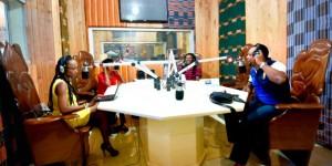 Au studio d'Alpha Blondy FM © Sia Kambou/AFP