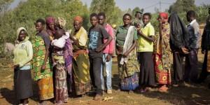 APTOPIX Burundi Election © Des électeurs burundais font la queue pour voter à Ngozi mardi 21 juillet 2015.