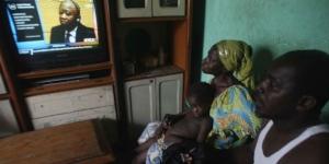 Adama Fofana, dont les deux frères ont été tués dans les violences postélectorales, regarde le procès du président Laurent Gbagbo, dans sa maison d'Abidjan, le 19 février 2013. © Emanuel Ekra/AP/SIPA