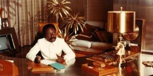 Omar Bongo Ondimba dans son bureau truffé de caméras, années 1985. © Archives J.A