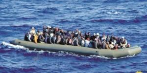 Un bateau pneumatique chargé de migrants, en mer Méditerranée. © AFP