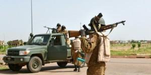 Des soldats burkinabè autour de la caserne du RSP. © AFP