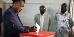 Le président congolais Denis Sassou Nguesso vote à Brazzaville, le 25 octobre. Crédits : STRINGER / REUTERS