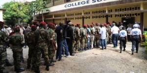 Des militaires guinéens font sagement la queue pour voter dans le quartier de Bambeto, à Conakry, le 11 juin 2015. © Youssouf Bah/AP/SIPA
