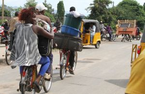 Des habitants de Bujumbura fuient les violences au Burundi samedi 7 novembre. Crédits : AP